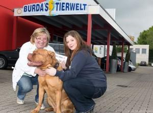 Auf unserem Foto gratuliert Annette Burda (links) Sarah Boos und Fips zum ersten Platz.   (Foto: Gerd Kaemper)